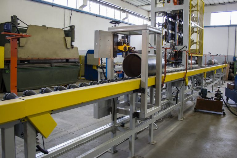Automatic pipes grinder for pipes and cylinders